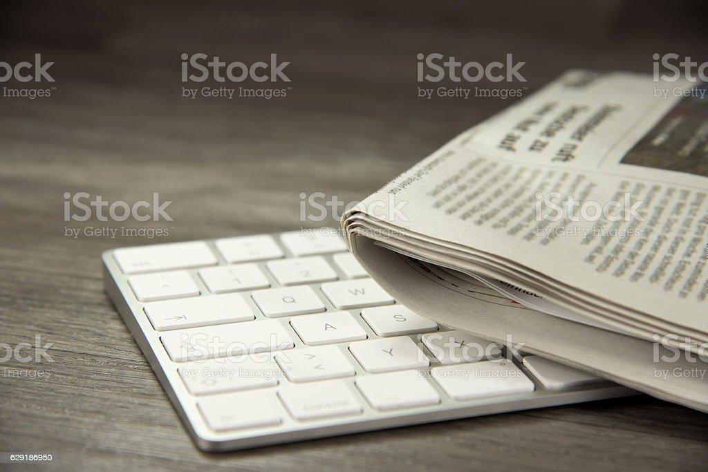 EIn Computer und Zeitungen - Photo