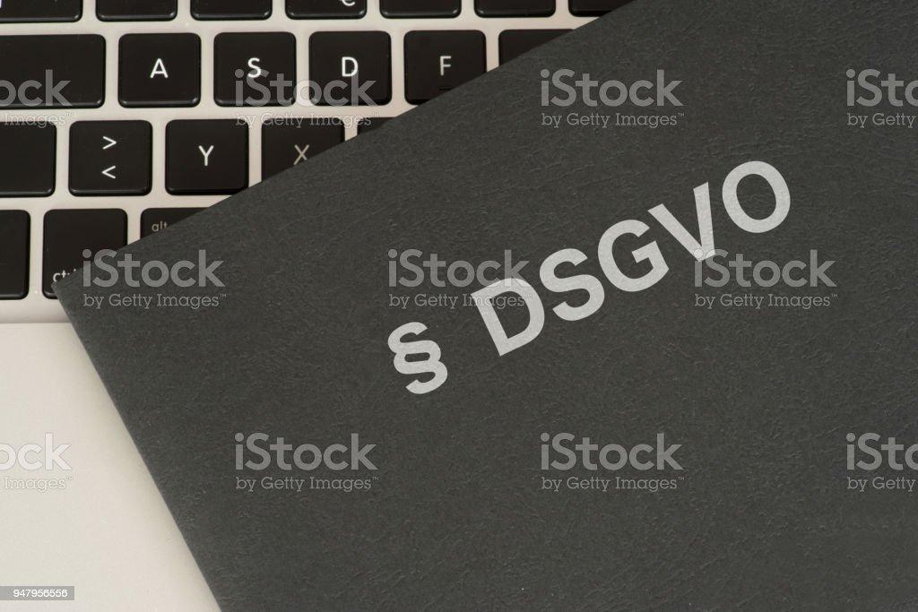 Ein Dokumentenmappe, Computer Und schriftliche Grundverordnung DSGVO – Foto
