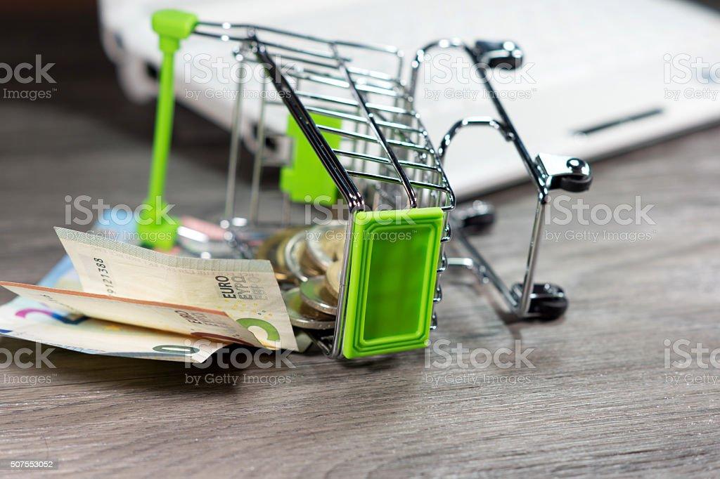 EIn Einkaufswagen und Bargeld stock photo