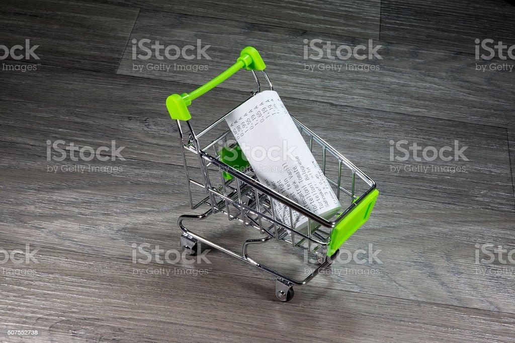 Ein Einkaufswagen und Kassenbeleg stock photo