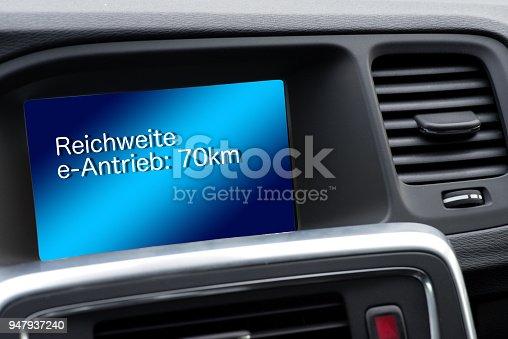 istock Ein Elektro Auto und der Bordcomputer mit dem Hinweis auf die restliche Reichweite 947937240