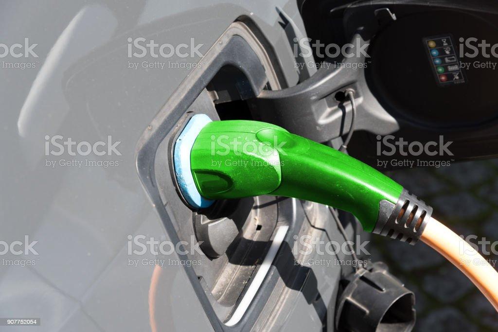 Ein Elektro Auto wird an einer Ladestation mit Energie geladen stock photo