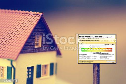 Ein Energieausweis und ein Haus
