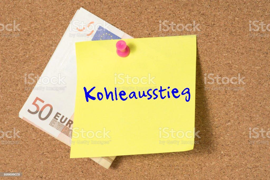 Ein Euro Geldschein und eine Notiz mit dem Wort Kohleausstieg стоковое фото