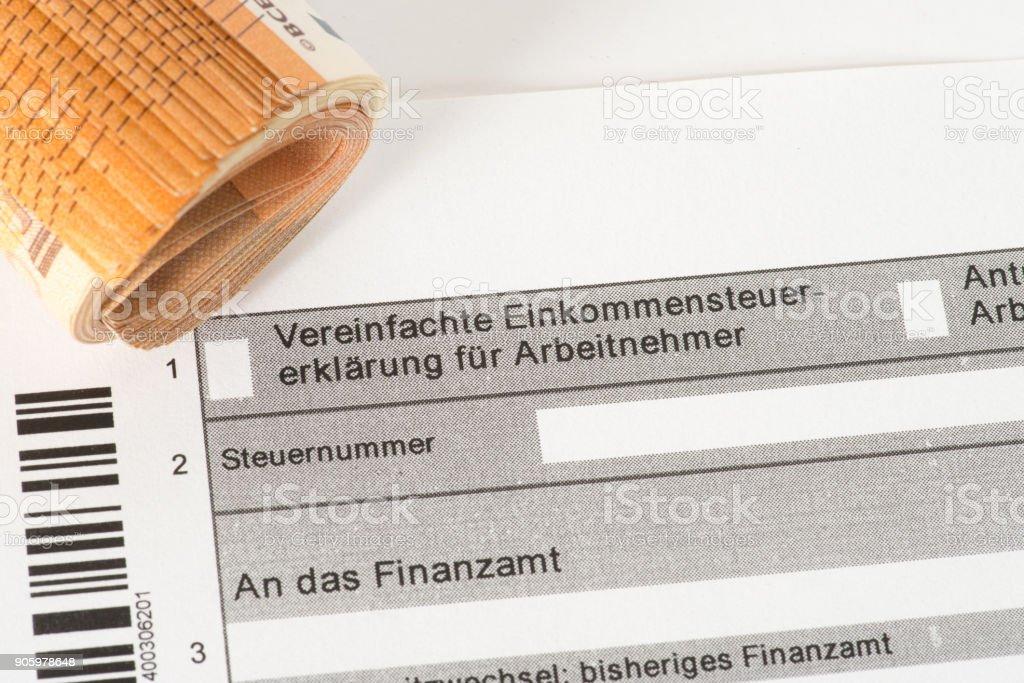 Ein Formular für eine Steuererklärung und Euro Geldscheine stock photo