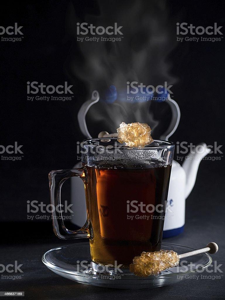 Ein Glas dampfender Tee stock photo