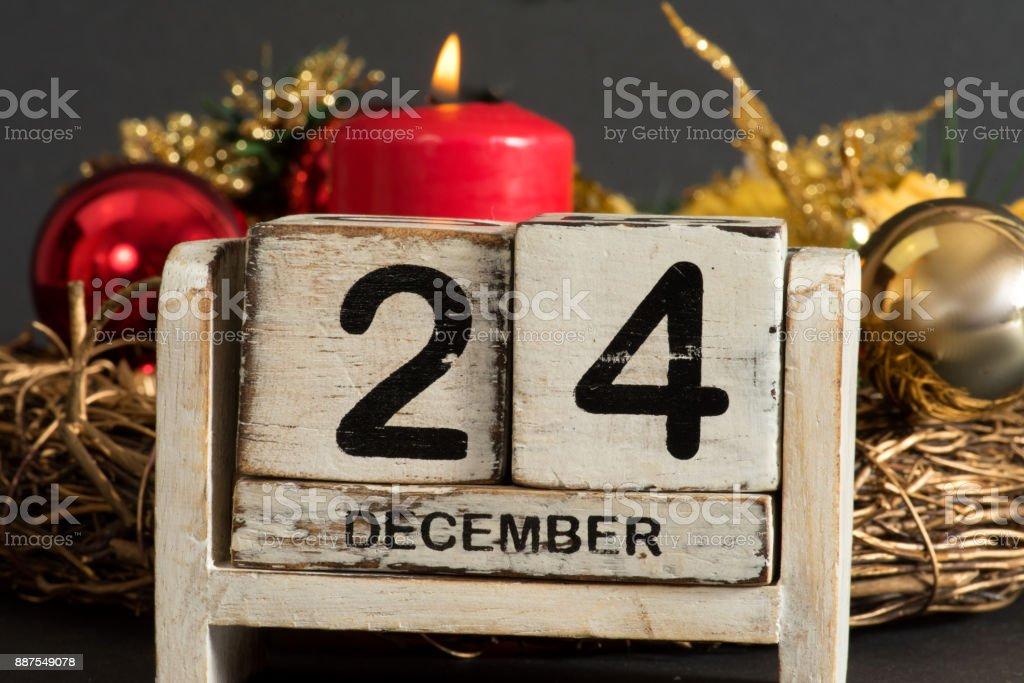 Ein Kalender am 24 Dezember und ein Adventskranz stock photo