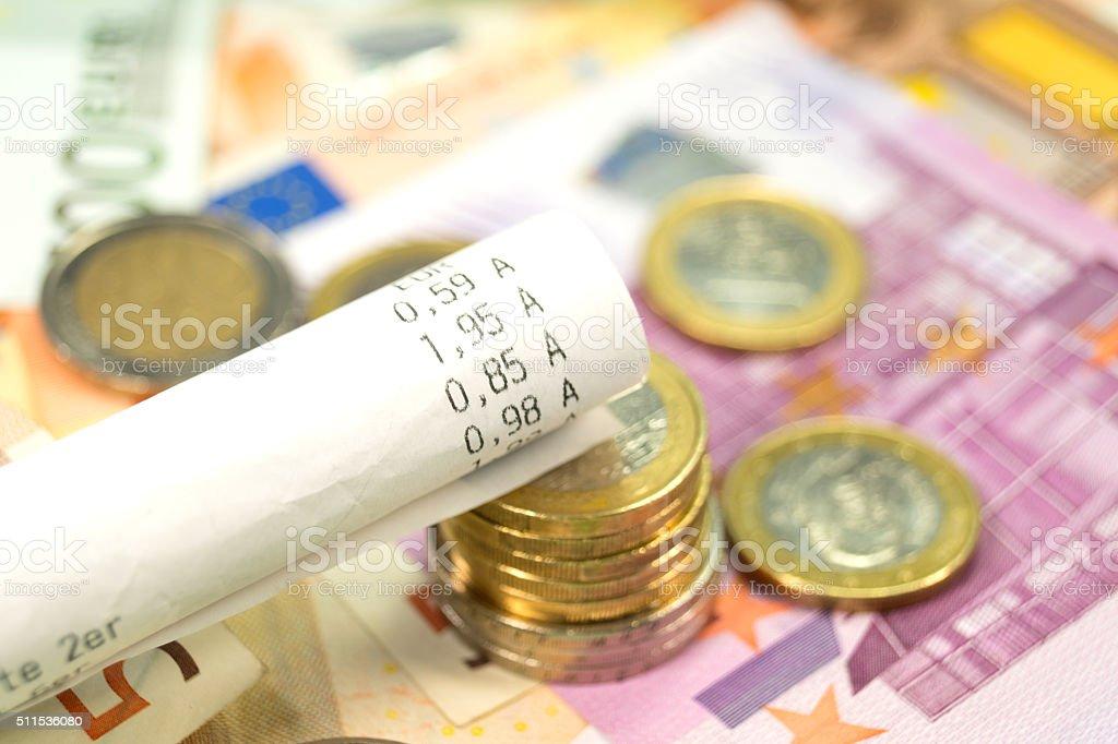 Ein Kassenbon und Bargeld stock photo