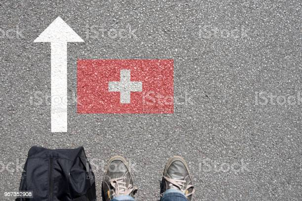 Ein mann mit dem koffer reist in die schweiz ein picture id957352908?b=1&k=6&m=957352908&s=612x612&h=xkbxoujazw1adlebk7sihbbpkmfavojvqink9ulzaqq=