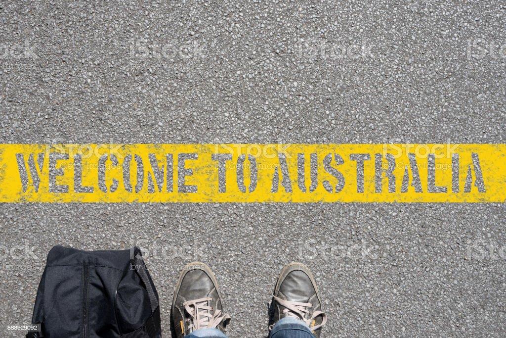Ein Mann Mit Einem Koffer Steht eine der Grenze Zu Australien – Foto