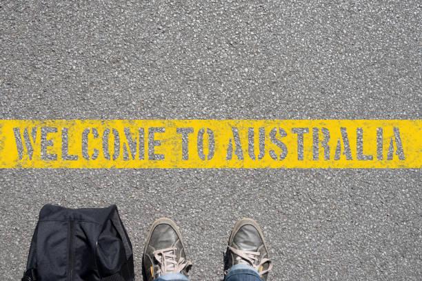 ein mann mit einem koffer steht eine der grenze zu australien - regierungsbezirk schwaben stock-fotos und bilder