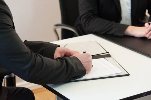 Ein Mann Unterzeichnet Dokumente Oder einem – Foto