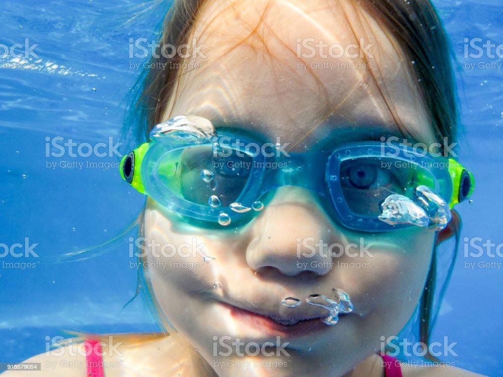 Ein Mädchen Mit Taucherbrille Prosakunstwerk Im Pool Und Hält Die Luft eine – Foto