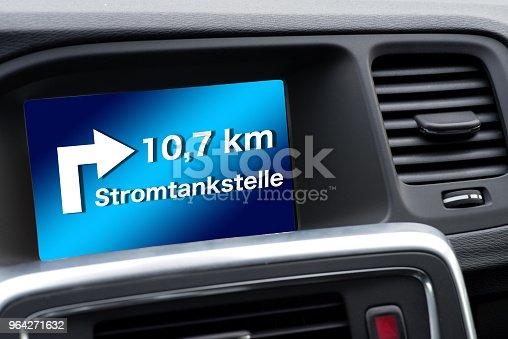 istock Ein Navigiert im Wagen zeigt die nächste Ladestation für Elektroauto 964271632