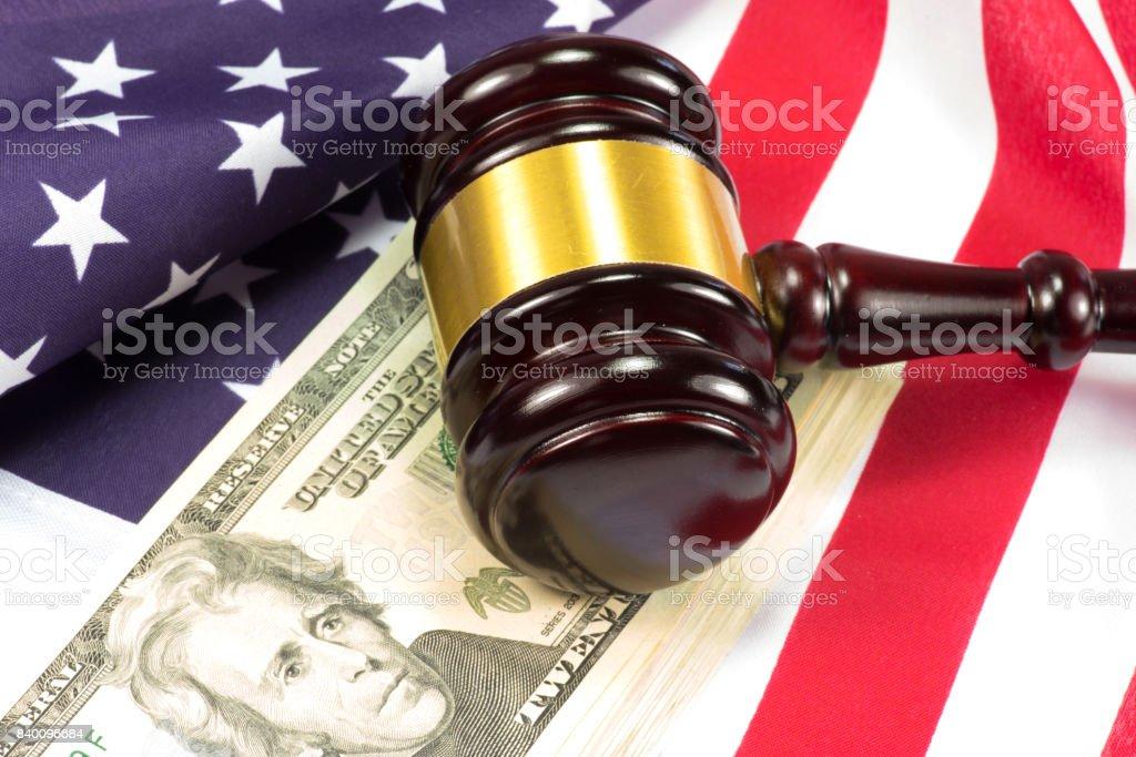 Ein Richterhammer, Flagge der USA und Geld stock photo