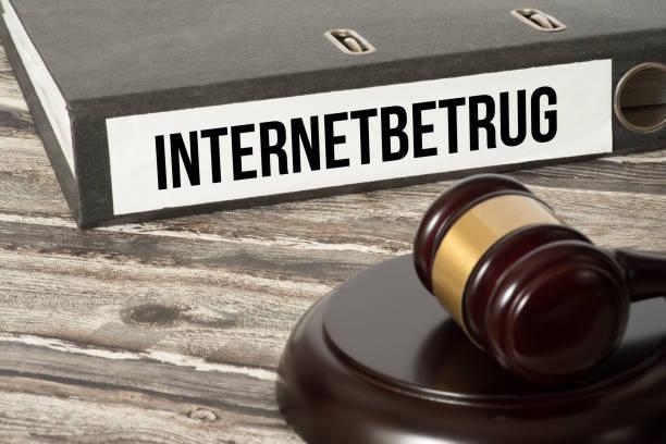 Ein Richterhammer und Aktenordner mit dem Aufdruck Internetbetrug - foto de acervo