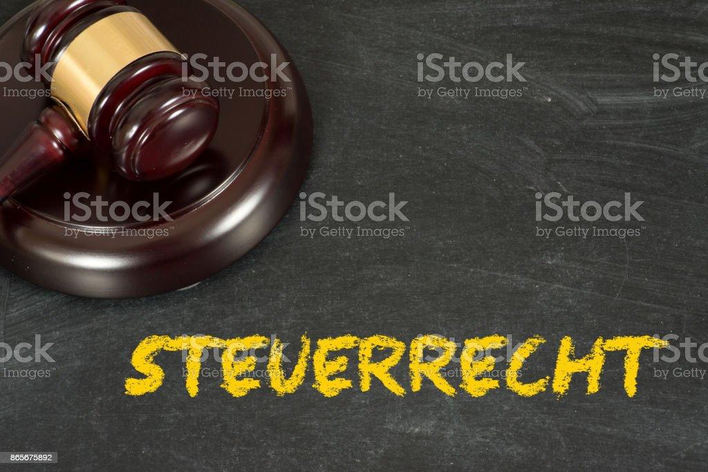 Ein Richterhammer und das Steuerrecht stock photo