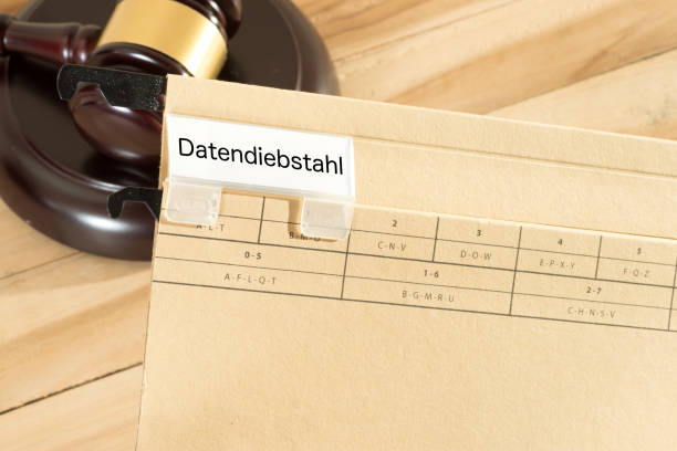 Ein Richterhammer und Ordner mit dem Aufdruck Datendiebstahl - foto de acervo