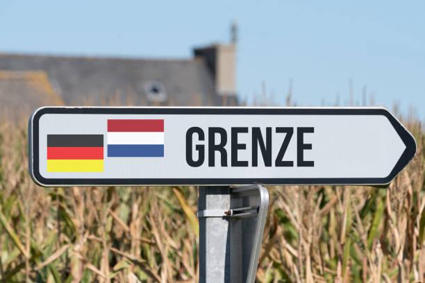 Ein Schild weist auf die Grenze zwischen Deutschland und Holland stock photo