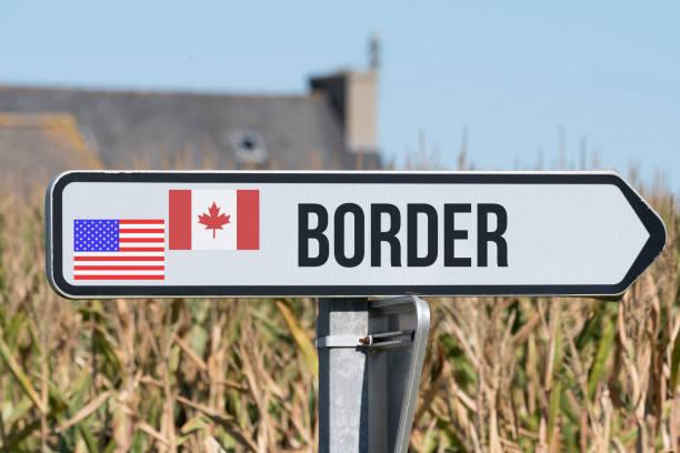 Ein Schild weist auf die Grenze zwischen USA und Kanada hin stock photo