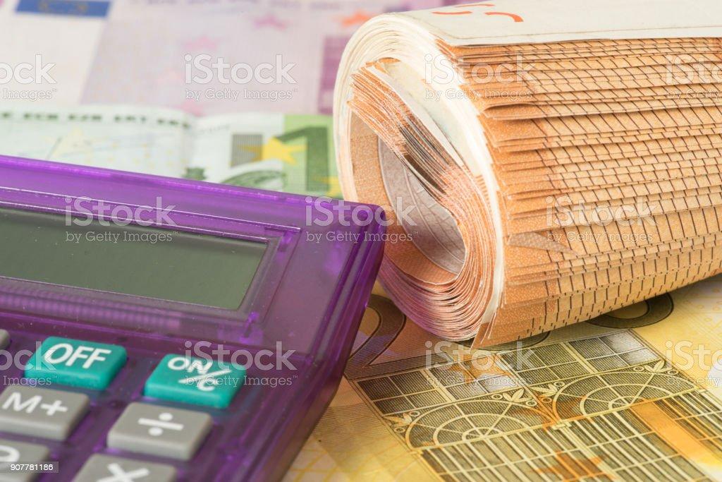 Ein Taschenrechner und viele Euro Geldscheine stock photo