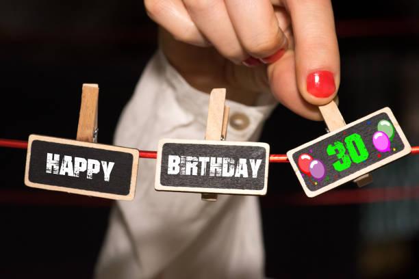 eine frau gratuliert zum 30 geburtstag - 30 te urodziny zdjęcia i obrazy z banku zdjęć