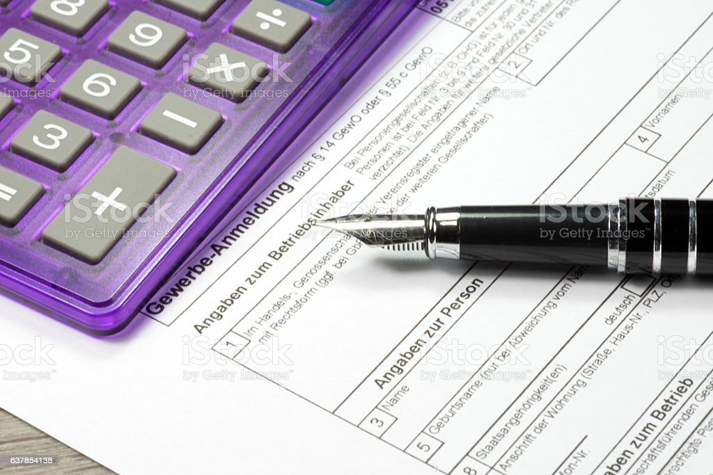 Eine Gewerbeanmeldung und ein Taschenrechner stock photo