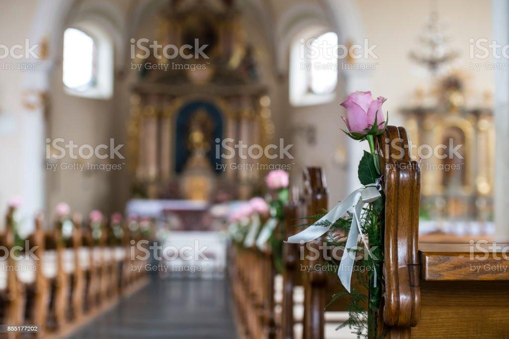 Eine Mit Einer Rose Dekorierte Kirchenbank – Foto