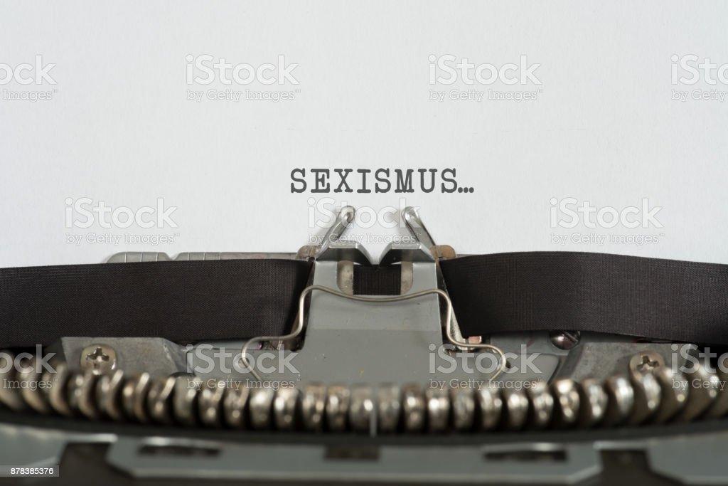 Eine Schreibmaschine und Sexismus stock photo