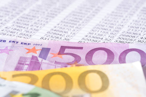 Eine Tabellenkalukation und Geldscheine Euro - Photo