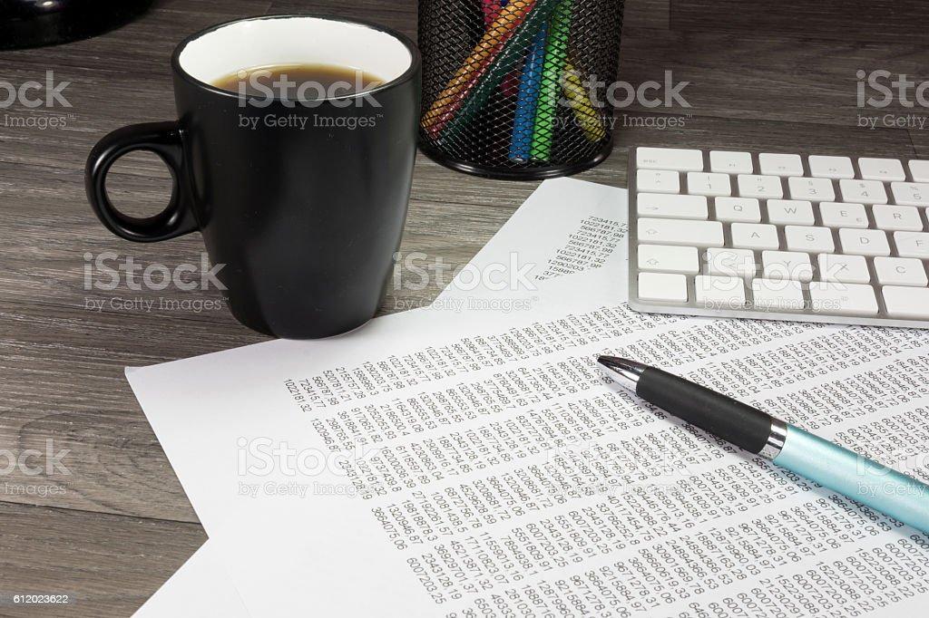 Eine Tasse Kaffee und eine Tastatur stock photo