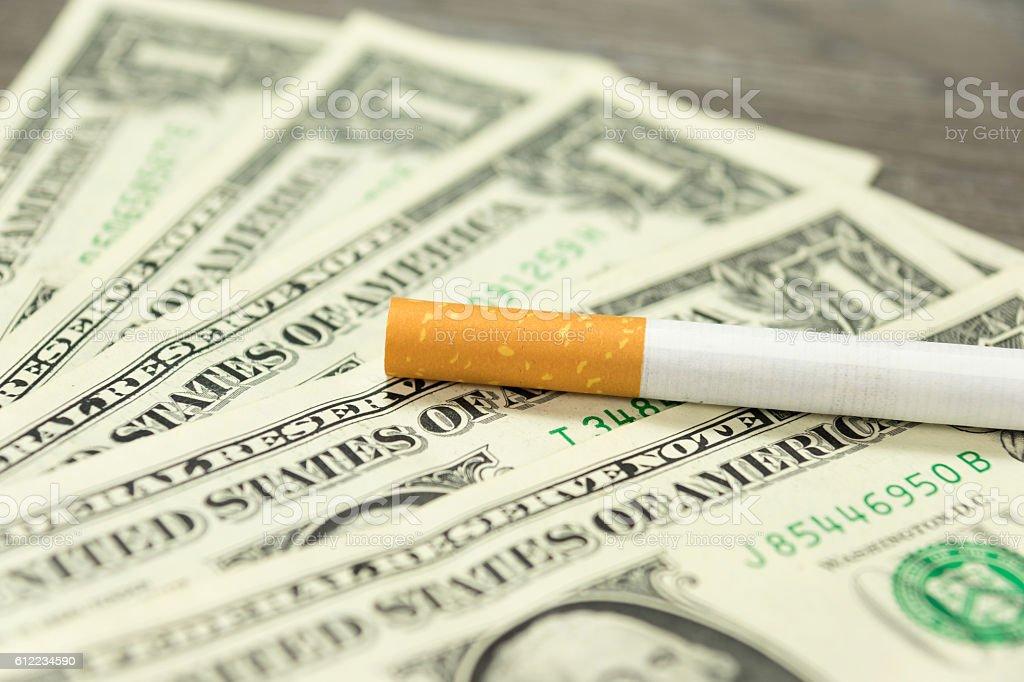 Eine Zigarette und Geld stock photo