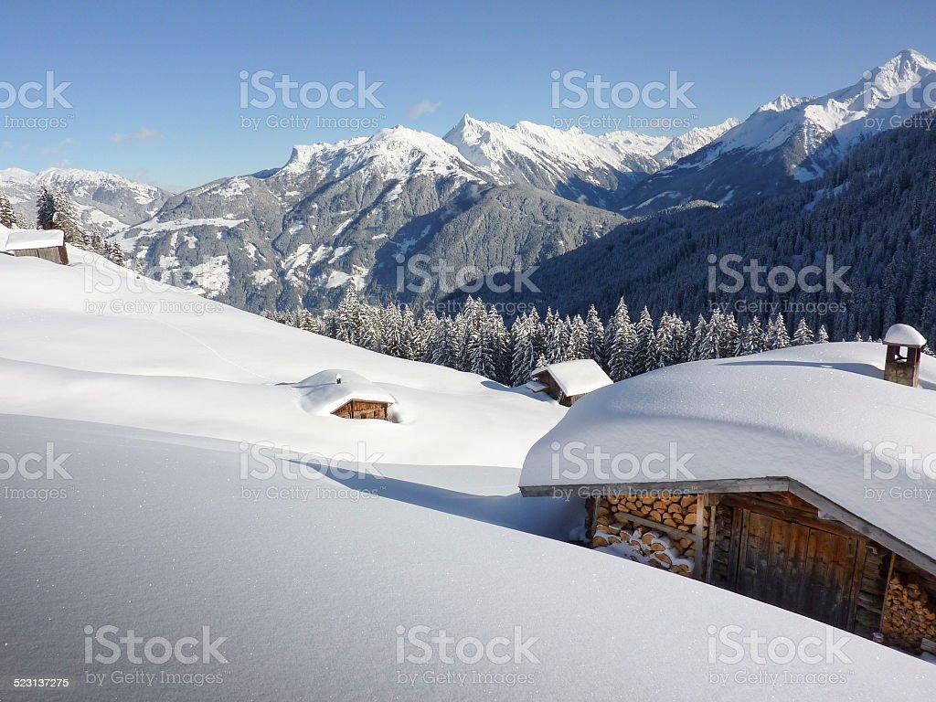 eingeschneite Schihütten in den Alpen – Foto