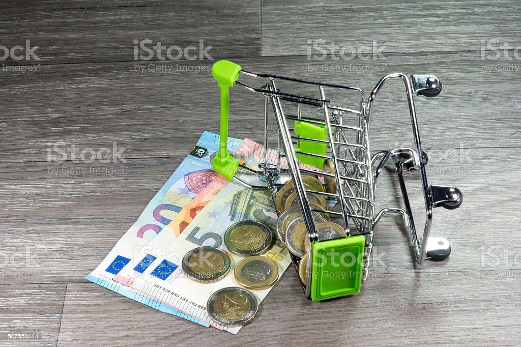 Einkafuswagen mit Bargeld stock photo