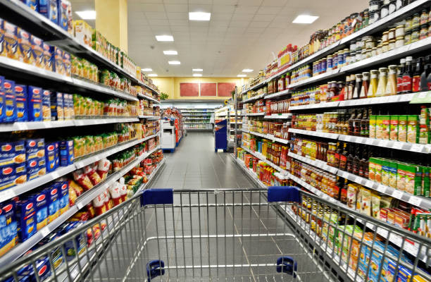 einkaufswagen im supermarkt - supermarket foto e immagini stock