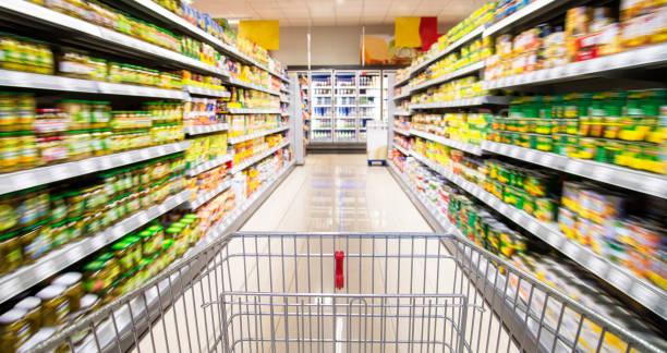 Carros de compras en el supermercado - foto de stock