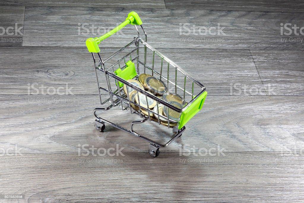 Einkaufswagen mit Bargeld stock photo