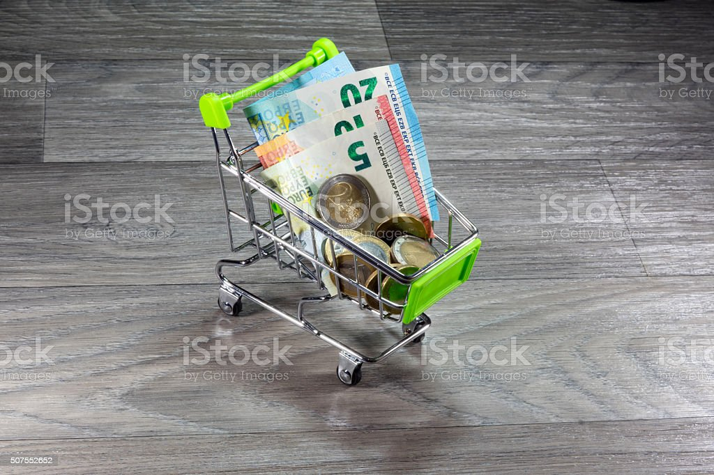 Einkaufswagen und Geld stock photo