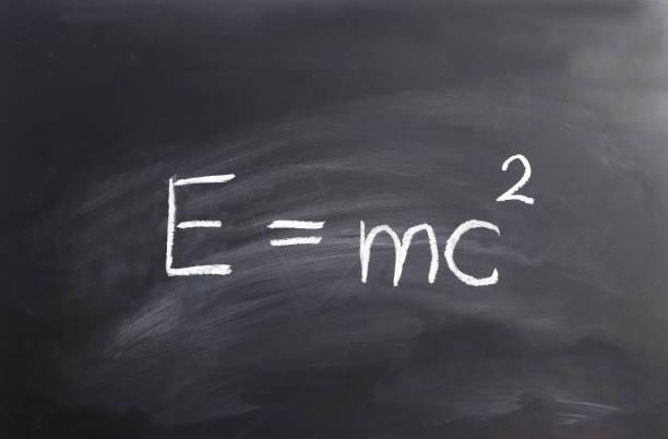 fórmula de einstein escrita en un blackborad - e=mc2 fotografías e imágenes de stock