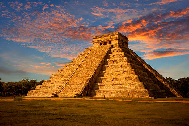 el castillo (kukulkan temple) of chichen itza at sunset, mexico - världsarv bildbanksfoton och bilder