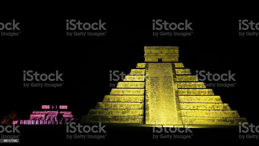 엘 Castillo 이 카스텔 of 치첸 잇사 야경 멕시코 royalty-free 스톡 사진