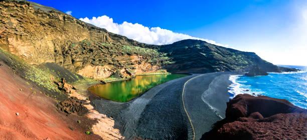 el golfo mit einzigartigen lago verde und schwarzen sand strand. lanzarote, kanarische inseln - kapverdische inseln stock-fotos und bilder