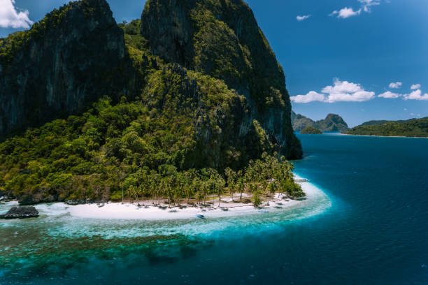 El Nido, Palawan, Philippines. Aerial view of surreal Pinagbuyutan Island. Amazing white sand Ipil beach near turquoise deep blue ocean water El Nido, Palawan, Philippines. Aerial view of surreal Pinagbuyutan Island. Amazing white sand Ipil beach near turquoise deep blue ocean water. pinagbuyutan island stock pictures, royalty-free photos & images