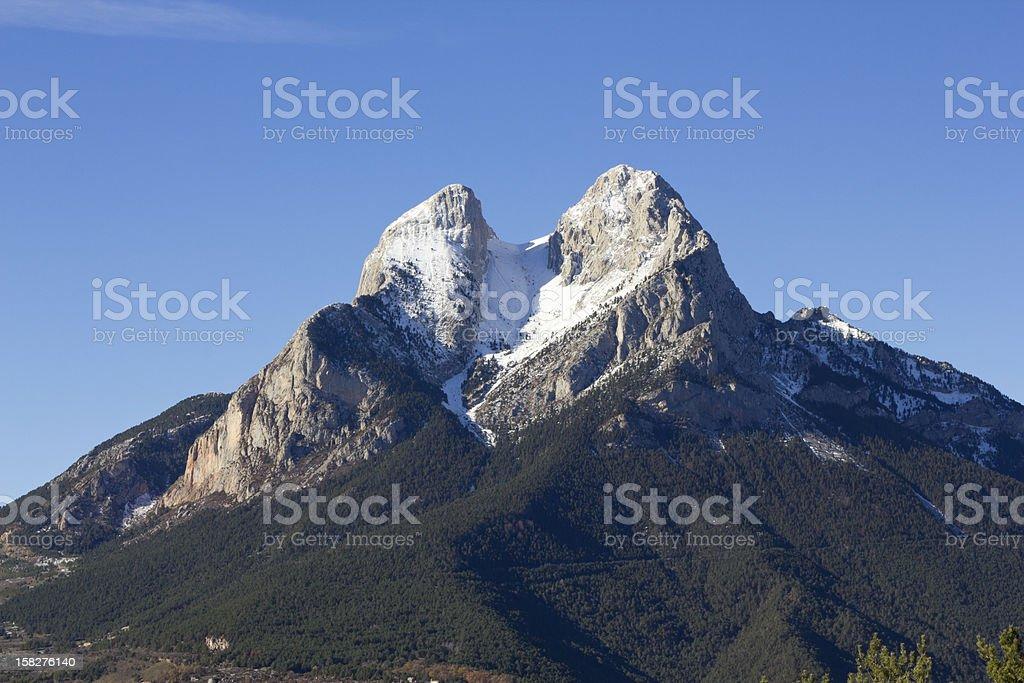 El Pedraforca con la nieve en invierno - foto de stock
