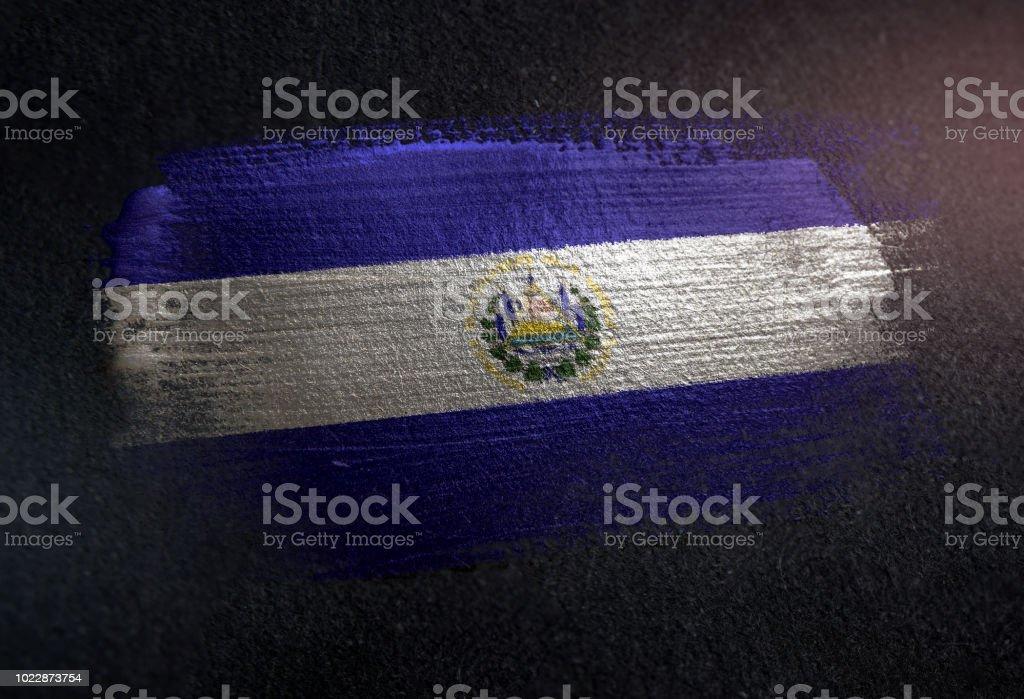 Bandera del Salvador de cepillo metálico pintura en pared Dark Grunge - foto de stock