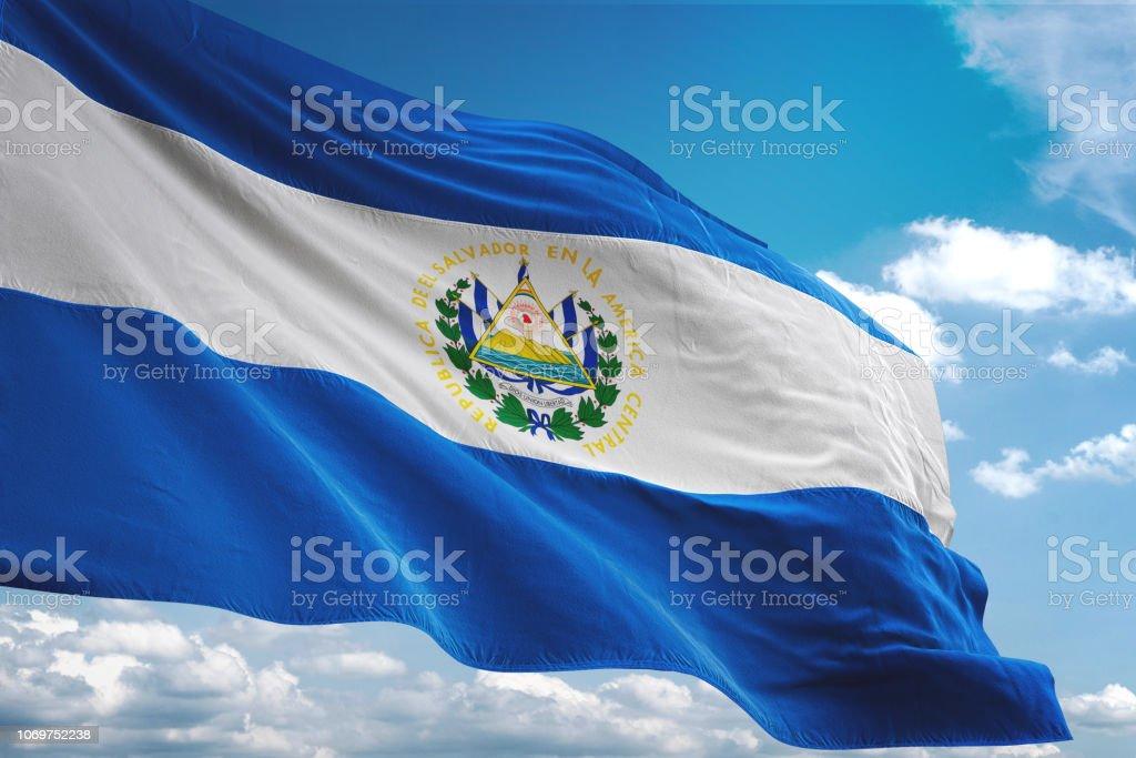 El Salvador bandera ondeando nublado cielo de fondo - foto de stock
