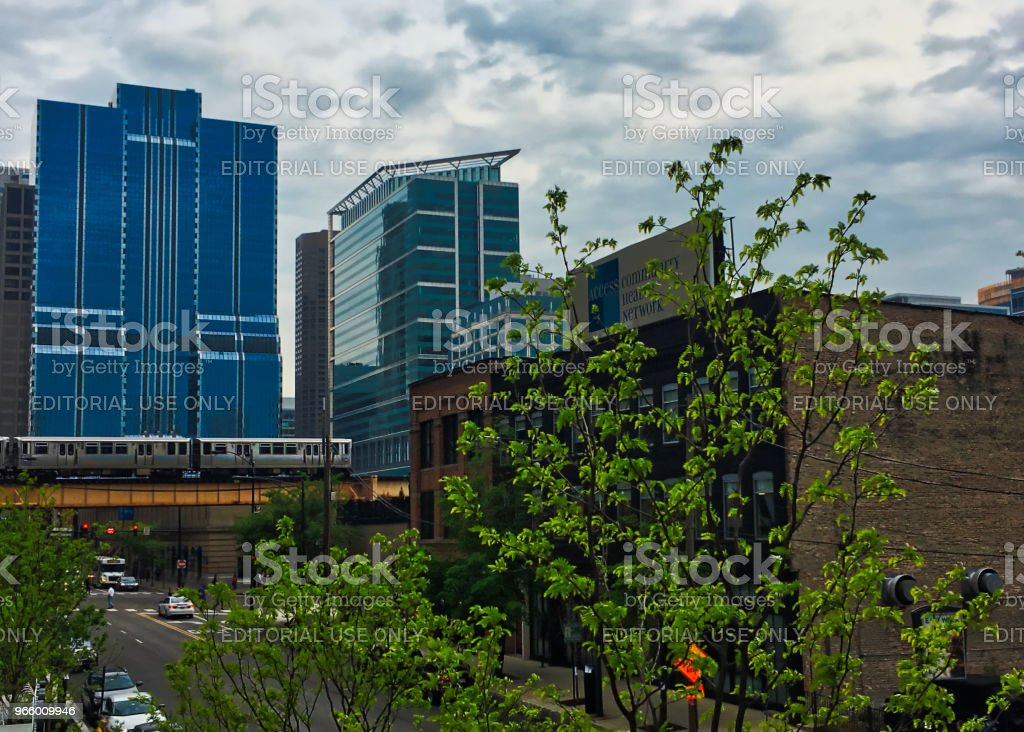 El tåg på korsar spår över sjön och kanalgatorna i Chicago - Royaltyfri Affärsresa Bildbanksbilder