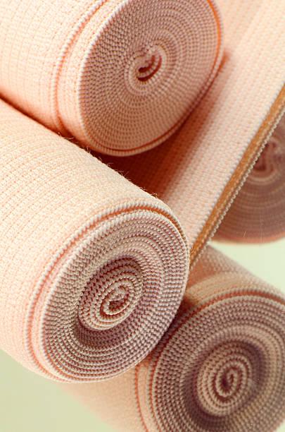 elastische gelenkbänder roll für erste hilfe. - druck strumpfhosen stock-fotos und bilder