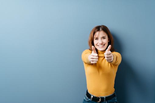 グッドサインをしている女性の写真|KEN'S BUSINESS|ケンズビジネス|職場問題の解決サイト
