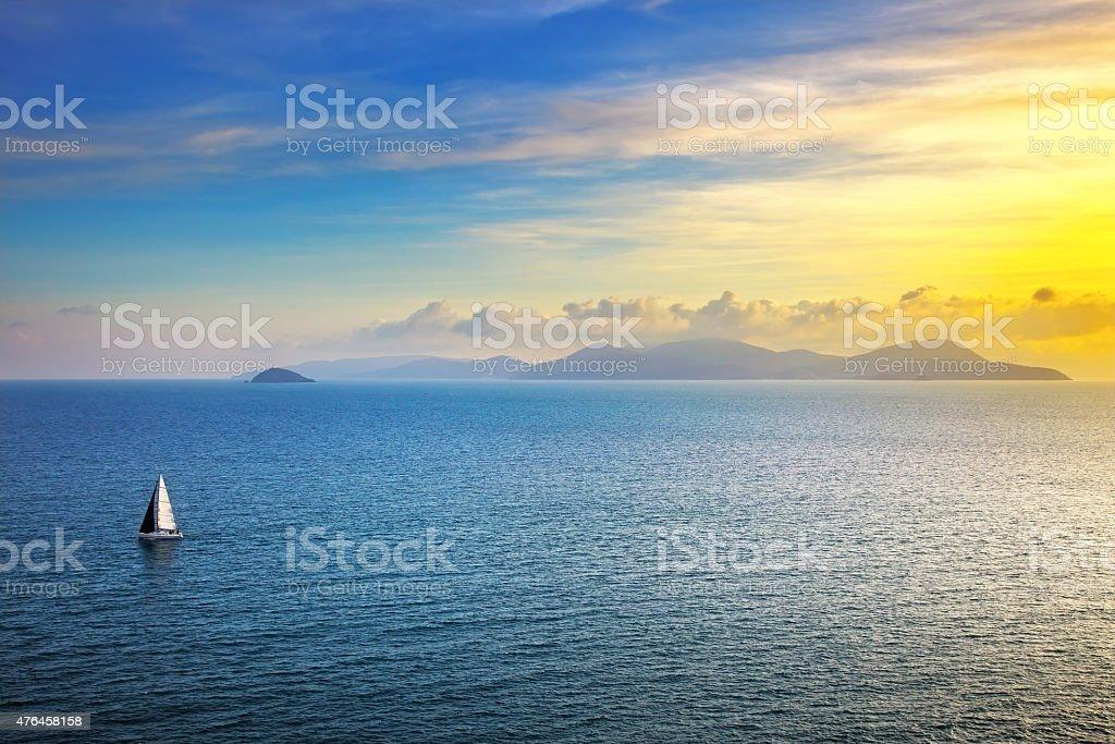 Isola d'Elba, vista del tramonto da Piombino una barca a vela.   Mediterranea - foto stock